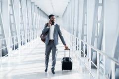 Alltid i handlag Entreprenör Talking på telefonen i flygplats arkivfoto