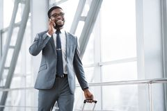 Alltid i handlag Upptagen man som talar på telefonen i flygplats royaltyfria foton