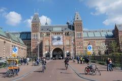 Alltid mycket folk och turist- framme av Rijksmuseumen, Amsterdam, Nederländerna arkivfoto