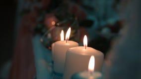 Allumage d'une bougie avec un match pour obtenir une lueur d'une bougie romantique Les andles et les chandeliers étonnants sont s Photos stock