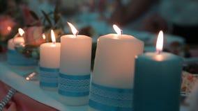 Allumage d'une bougie avec un match pour obtenir une lueur d'une bougie romantique Les andles et les chandeliers étonnants sont s Photographie stock libre de droits