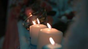 Allumage d'une bougie avec un match pour obtenir une lueur d'une bougie romantique Les andles et les chandeliers étonnants sont s Photo libre de droits