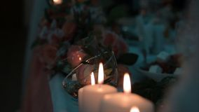 Allumage d'une bougie avec un match pour obtenir une lueur d'une bougie romantique Les andles et les chandeliers étonnants sont s Images libres de droits