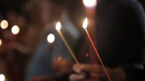 Allumage d'une bougie avec un match pour obtenir une lueur d'une bougie romantique Les andles et les chandeliers étonnants sont s Images stock