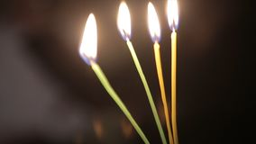 Allumage d'une bougie avec un match pour obtenir une lueur d'une bougie romantique Les andles et les chandeliers étonnants sont s Photographie stock