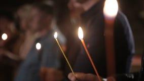 Allumage d'une bougie avec un match pour obtenir une lueur d'une bougie romantique Les andles et les chandeliers étonnants sont s Photo stock