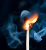 Allumage de correspondance avec de la fumée image stock