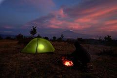 Allumage de la tente et de la Volcano Etna At Twilight, la Sicile images stock