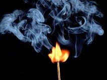 Allumage de match avec de la fumée, d'isolement sur le fond noir Images libres de droits