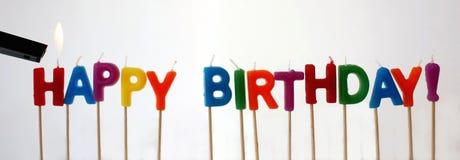 Allumage des bougies de joyeux anniversaire Photo stock