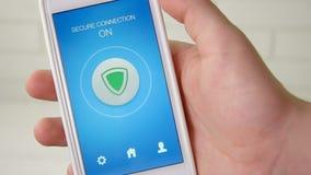 Allumer le mode de connexion sécurisée sur le smartphone pour surfer d'internet sécurisé banque de vidéos