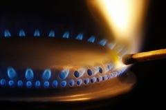 Allumette éclairant un poêle de gaz image stock