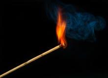 Allumette sur l'incendie avec de la fumée Photo libre de droits