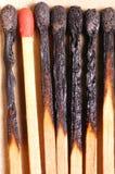 Allumettes brûlées avec l'allumette rouge photographie stock
