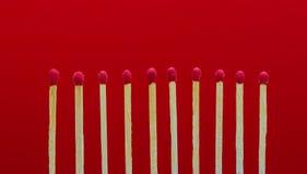 Allumettes brûlantes mettant le feu à ses voisins Photographie stock