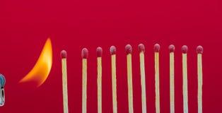 Allumettes brûlantes mettant le feu à ses voisins Image libre de droits