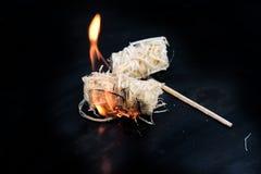 Allumeur brûlant de barbecue de copeaux de bois sur une cuvette noire en métal, copie s photos libres de droits