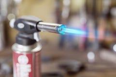 Allumeur d'arme à feu de cartouche de gaz Bec en gros plan de brûleur avec f bleu Photos libres de droits