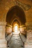 Allumez à l'extrémité du tunnel dans la pagoda antique de Htilo Minlo photos stock
