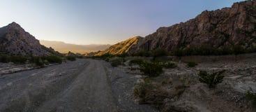 Allumez à la fin de la route dans les montagnes Photos libres de droits
