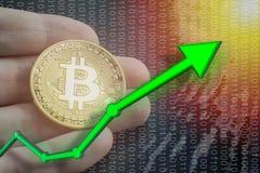 Allumez avec la valeur d'augmentation et d'augmentation des prix de Bitcoin de BTC Commerçant et tenant la pièce de monnaie avec  Image libre de droits