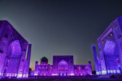 Allumez de la place de Registan à Samarkand, l'Ouzbékistan photos stock