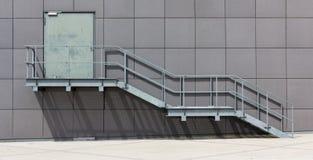 Allumez la cage d'escalier du côté d'une construction Image stock
