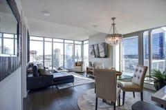 Allumez la chambre familiale remplie avec la vue panoramique de Seattle photos stock