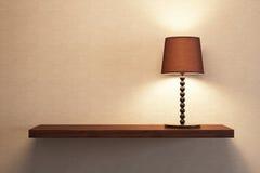 Allumez la lampe de table sur l'étagère photo libre de droits