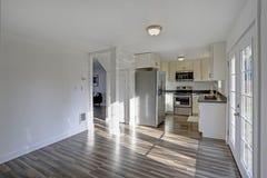 Allumez la petite cuisine compacte remplie de caractéristiques intérieures à la maison image libre de droits