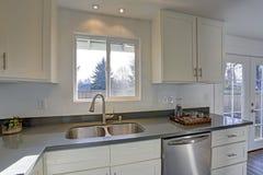 Allumez la petite cuisine compacte remplie de caractéristiques intérieures à la maison photos libres de droits