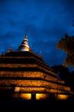 Allumez le temple au bleu de ciel nocturne Images stock