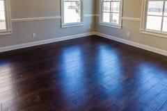 Allumez par Windows UV sur le plancher en bois dur photos stock
