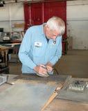 Alluminio di lucidatura del restauratore per Memphis Belle Fotografia Stock