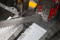Alluminio di taglio con la macchina della sega a nastro Fotografia Stock