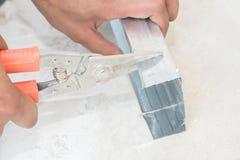 Alluminio di taglio del lavoratore Immagine Stock Libera da Diritti