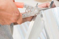 Alluminio di taglio del lavoratore Immagine Stock