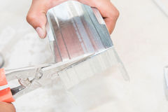 Alluminio di taglio del lavoratore Fotografie Stock