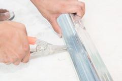 Alluminio di taglio del lavoratore Fotografia Stock