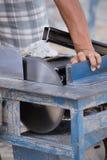 Alluminio di taglio del lavoratore con la lama della smerigliatrice Immagini Stock Libere da Diritti