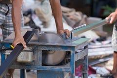 Alluminio di taglio del lavoratore con la lama della smerigliatrice Fotografia Stock Libera da Diritti