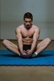 Allungamenti atletici dell'uomo Fotografia Stock Libera da Diritti