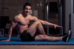 Allungamenti atletici dell'uomo Fotografia Stock
