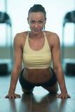 Allungamenti atletici della donna Fotografia Stock Libera da Diritti