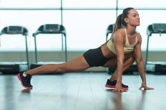 Allungamenti atletici della donna Fotografie Stock