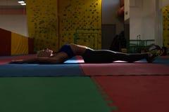 Allungamenti atletici della donna in palestra Immagine Stock Libera da Diritti