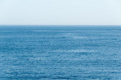 Allungamenti blu e tropicali profondi dell'oceano all'orizzonte Immagini Stock Libere da Diritti