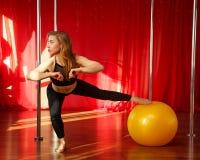 Allungamenti del ballerino di Palo prima delle classi Immagine Stock
