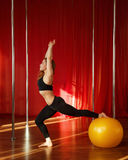 Allungamenti del ballerino di Palo prima delle classi Fotografia Stock
