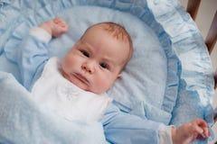Allungamenti del bambino nella culla Fotografia Stock Libera da Diritti